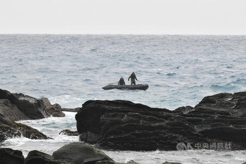 空軍2架F-5E戰機屏東旭海海域擦撞墜落,其中一名飛官潘穎諄仍失蹤。軍方26日上午出動陸戰隊兩棲偵搜大隊13名蛙人在鼻頭礁海域進行水下搜尋,傳出有人接收到疑似定標器訊號,軍方表示,已在查證中。中央社記者郭芷瑄攝 110年3月26日
