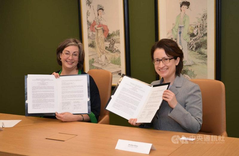 美國在台協會(AIT)執行理事藍鶯(左)和駐美代表蕭美琴(右)25日於AIT大樓內簽署海巡合作備忘錄。(駐美代表處提供)中央社記者徐薇婷華盛頓傳真 110年3月26日