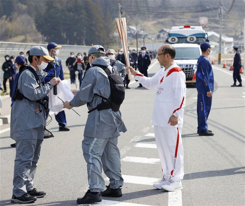 日本東京奧運聖火傳遞25日正式從福島縣起跑,26日在飯館村發生聖火熄滅狀況(圖),且非本屆第一次發生熄火。(共同社)