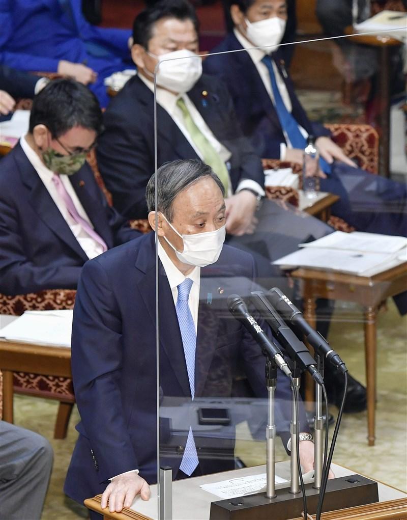 日本首相菅義偉(前)3月26日在參議院預算委員會答詢時表示,他4月出訪美國與美國總統拜登會談時,將邀請拜登出席東京奧運。(共同社)