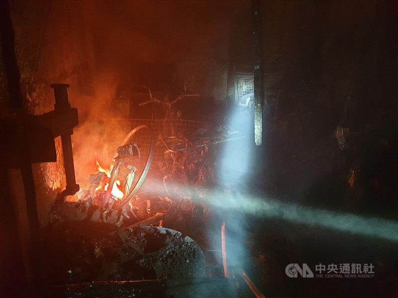 台中市神岡區大社街一棟透天厝27日凌晨發生火警,消防局獲報立即派員到場救援。(台中市消防局提供)中央社記者郝雪卿傳真  110年3月27日