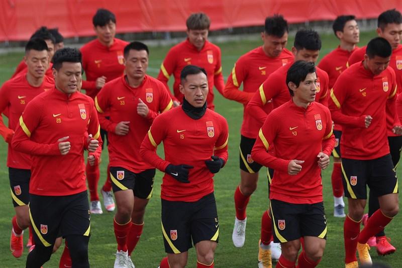 外商拒用新疆棉在中國引發抵制風暴,面對網友要求與Nike解約,中國足協迄今靜悄悄。Nike是中國足球最大贊助商,圖為21日開訓的中國國家男足隊,也都穿Nike球衣。(中新社)