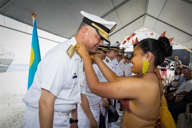 海軍敦睦遠航訓練支隊民國108年訪問帛琉,當地民眾熱情歡迎。(翻攝畫面)中央社記者游凱翔傳真 110年3月27日