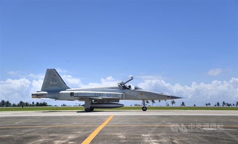 空軍2架F-5E戰機22日疑擦撞落海,造成1飛官殉職、1飛官失聯。(中央社檔案照片)