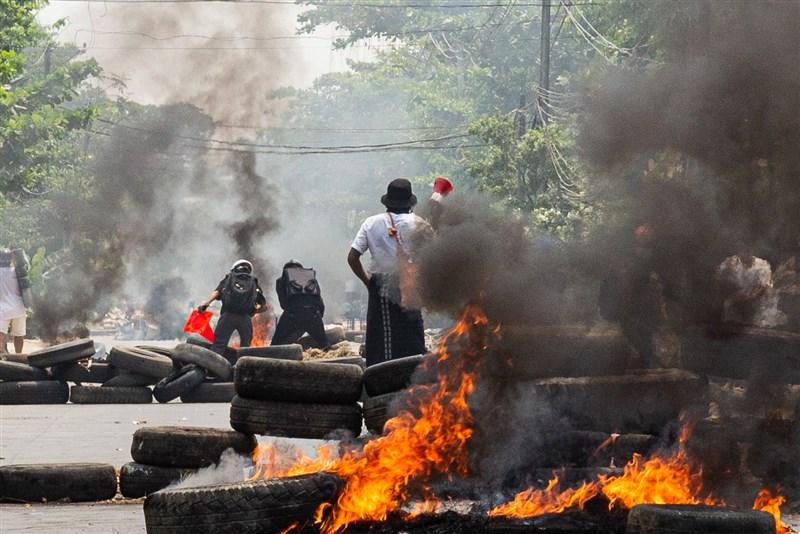 緬甸軍方2月1日發動政變以來,軍方鎮壓反政變示威民眾至3月31日已殺害超過520人。聯合國安全理事會4月1日聲明「強烈譴責」暴力鎮壓。圖為27日仰光示威現場。(安納杜魯新聞社)