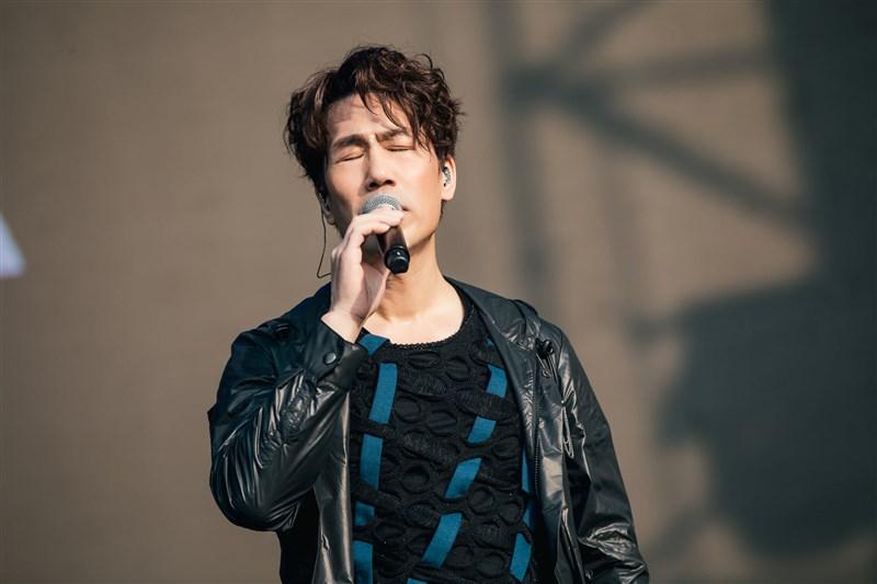 2021大港開唱27日起在高雄連續兩天登場,歌手羅時豐(圖)攜手法蘭登台演唱。(圖取自facebook.com/megaportfest)