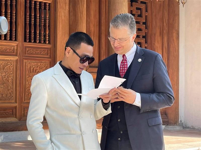 美國總統拜登26日提名中日文流利、外交資歷豐富的康達(右)出任國務院亞太助卿。今年2月初,康達與越南知名饒舌歌手Wowy(左)合作,拍攝一支饒舌影片向越南人民恭賀農曆新年。(圖取自facebook.com/usembassyhanoi)
