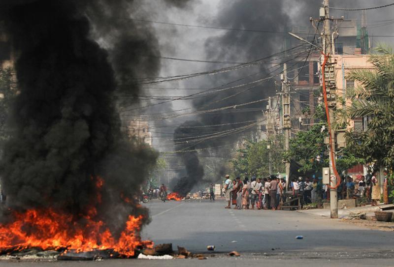 緬甸軍方27日擊斃至少114名示威者。美國貿易代表署29日宣布,立即暫停與緬甸所有貿易與投資往來。圖為27日瓦城街頭輪胎焚燒造成煙霧瀰漫。(路透社)