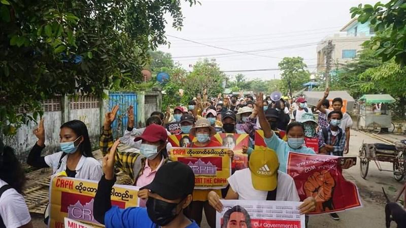 緬甸軍方2月初政變後全面收緊新聞自由,獨立媒體危在旦夕。圖為27日仰光東達貢區的民眾集結抗議。(Myanmar Journalism Collective提供)