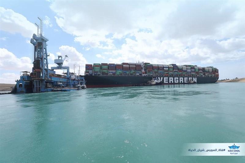 台灣長榮海運的長賜輪擱淺,導致全球最繁忙的水道之一蘇伊士運河中斷航運。(圖取自facebook.com/SuezCanalAuthorityEG)