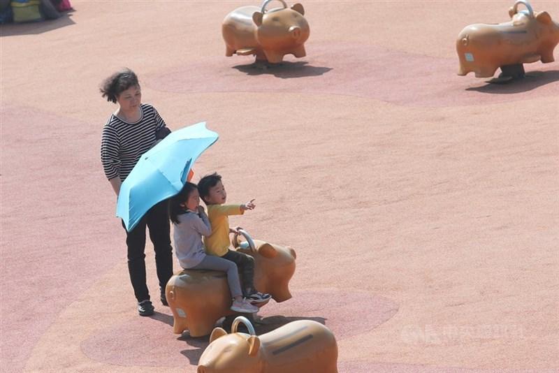 氣象專家吳德榮28日表示,未來一週天氣穩定少雨,30日至4月1日高溫攝氏32度以上,南部更高達35度。(中央社檔案照片)