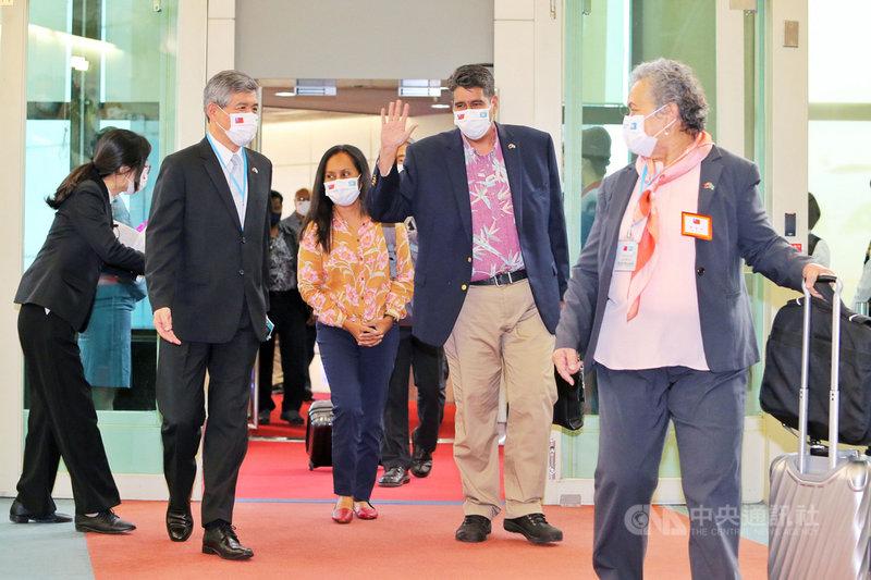 帛琉總統惠恕仁(右2)28日率領訪問團搭機抵台,他表示,能夠開啟「無菌廊道」最重要的就是互相信任,台灣在對抗疫情方面是非常成功的典範,讓帛琉有信心可以跟台灣共同努力,這是台灣與帛琉之間專屬且絕無僅有的特殊禮遇關係。中央社記者吳睿騏桃園機場攝 110年3月28日