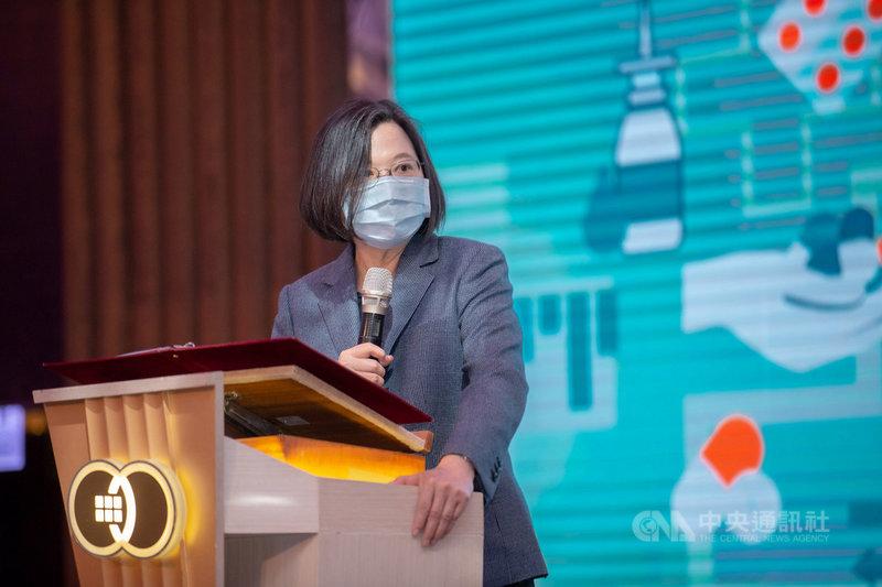 總統蔡英文28日出席新北市藥師公會第三、四屆理事長交接典禮,感謝藥師在這一年多來幫忙守住疫情的防線。(總統府提供)中央社記者葉素萍傳真 110年3月28日