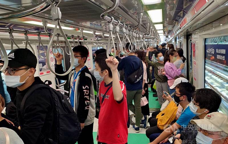 台中捷運綠線恢復試營運,27日遇上首個假日創下高運量,當日乘客逾9萬人次,較恢復試營運首日增加近7成。(台中市政府提供)中央社記者蘇木春傳真 110年3月28日