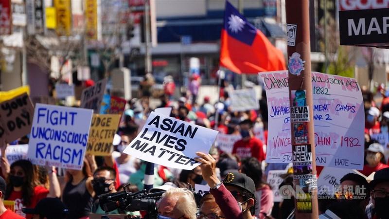 洛杉磯韓國城27日舉行反對仇恨亞裔的遊行,台灣僑民參與其中,有人帶來中華民國國旗。中央社記者林宏翰洛杉磯攝 110年3月28日