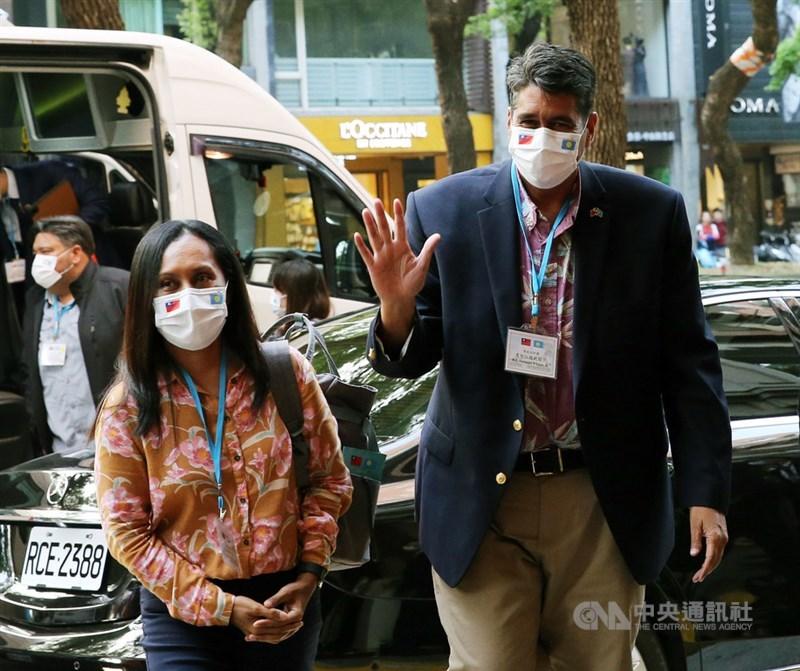 帛琉總統惠恕仁(右)伉儷28日搭機訪台,是武漢肺炎疫情後,首位到訪台灣的外國元首。中央社記者郭日曉攝 110年3月28日。