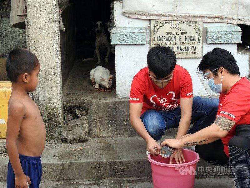在馬尼拉北部公墓住有數千名貧民,菲律賓動保團體「動物王國基金會」志工2月17日前往公墓餵養遭棄養或由當地居民飼養的貓狗。中央社記者陳妍君馬尼拉攝 110年3月29日