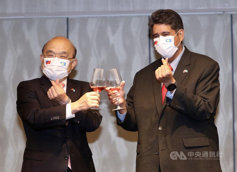 行政院長蘇貞昌(左)29日在台北宴請帛琉總統惠恕仁(右)訪問團,雙方敬酒致意並手比愛心。中央社記者張皓安攝 110年3月29日