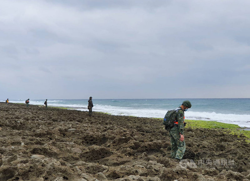 台東志航基地2架F-5E戰機22日墜落牡丹鄉旭海海域,飛官潘穎諄失蹤。軍方29日仍維持300人次上下的兵力在滿州鄉鼻頭礁一帶搜尋。中央社記者郭芷瑄攝 110年3月29日