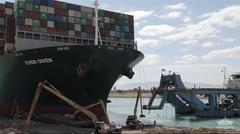 巨型貨櫃輪長賜輪在蘇伊士運河擱淺並卡住河道近一週後,29日終於脫困。巨型挖泥船Mashhour(右側船身為藍色)是關鍵。(圖取自facebook.com/SuezCanalAuthorityEG)