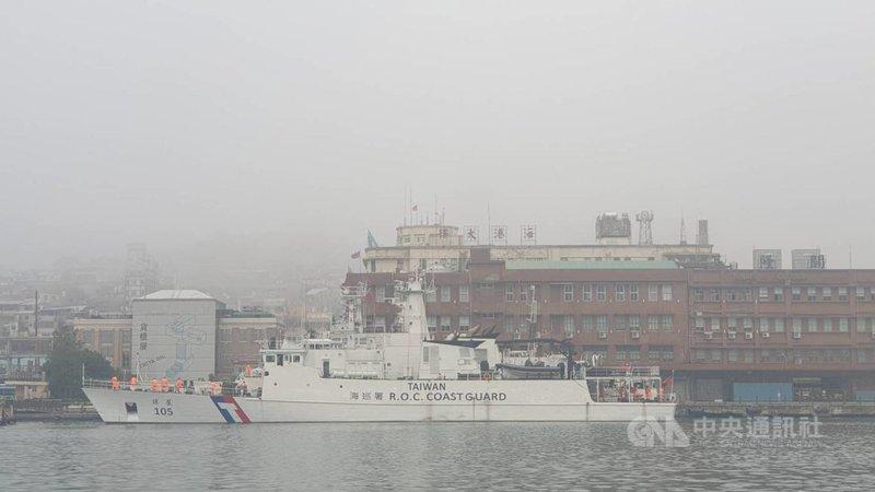 受到濃霧影響,基隆港29日上午能見度不到220公尺,基隆港務分公司指出,上午6時55分起實施濃霧管制,禁止船舶進出港,目前有5艘船正在外海等待。中央社記者王朝鈺攝 110年3月29日