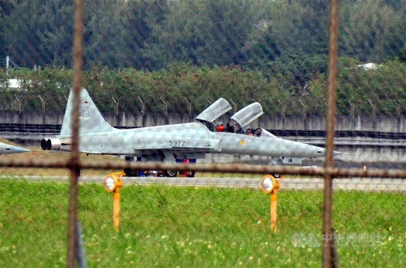 空軍2架F-5E單座戰機日前在空中擦撞墜海,空軍當天下令全軍軍機停飛。空軍參謀長黃志偉29日表示,4月第一週復飛F-5雙座機。圖為F-5F戰機。(中央社檔案照片)