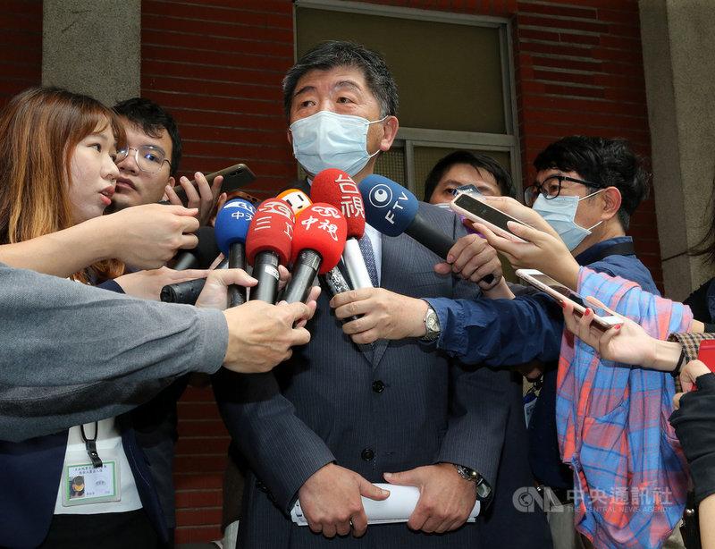 衛生福利部長陳時中(中)近來在台北市長可能參選人選的網路聲量中奪冠,他30日受訪指出,他仍在思考疫苗與邊境管理的問題,網路聲量與選舉無關,由於現在外界很關心疫苗,所以聲量會比較高。中央社記者郭日曉攝 110年3月30日