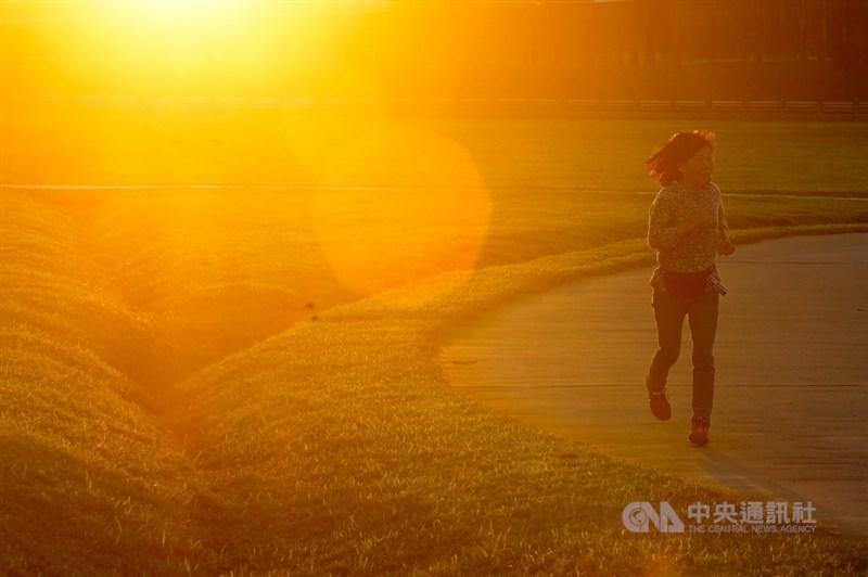 中央氣象局發高溫資訊,30日中午前後南投縣、台南市、高雄市、屏東縣氣溫達攝氏36度以上。(中央社檔案照片)