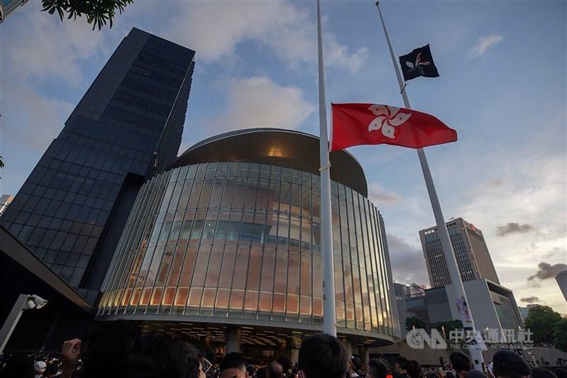 中國全國人大常委會30日通過修改香港選制,分析認為,此舉等於為泛民主派今後有意參選的人扣上緊箍咒。圖為2019反送中運動期間,示威者在立法會外升起香港區旗。(中央社檔案照片)