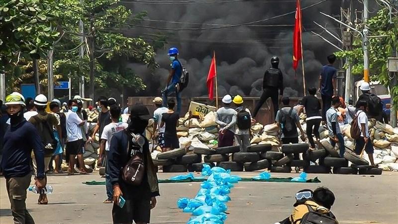 面對軍政府切斷網路與壓制訊息,緬甸年輕人偷偷在社群內分發的的地下刊物與之對抗。圖為3月27日仰光示威現場。(安納杜魯新聞社)