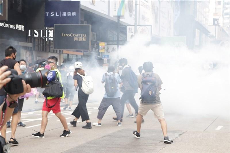 中國人大通過香港選制修改,中國國務院港澳辦副主任鄧中華30日表示,要將「反中亂港者」排除出香港特區的管治架構。圖為2019年9月參與反送中抗爭民眾被警方發射催淚彈驅離。(中央社檔案照片)