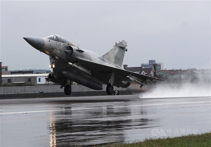 空軍2架F-5E戰機擦撞墜海,空軍22日晚間下達全軍軍機停飛。空軍參謀長黃志偉中將30日表示,除F-5戰機,其餘空軍部隊3月底前復飛。圖為幻象2000戰機。(中央社檔案照片)