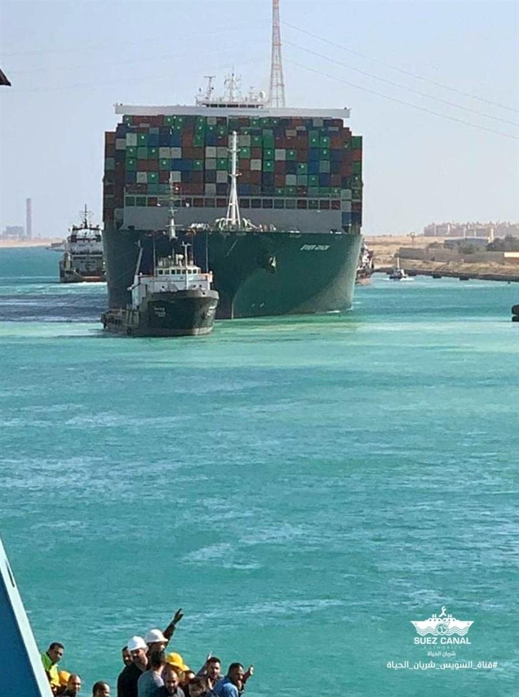 在蘇伊士運河擱淺7天的長榮海運超大型貨櫃輪長賜輪台灣時間29日晚間脫困,拖船拖行長賜輪朝運河中的大苦湖區域前進,運河交通也將恢復。(圖取自facebook.com/SuezCanalAuthorityEG)
