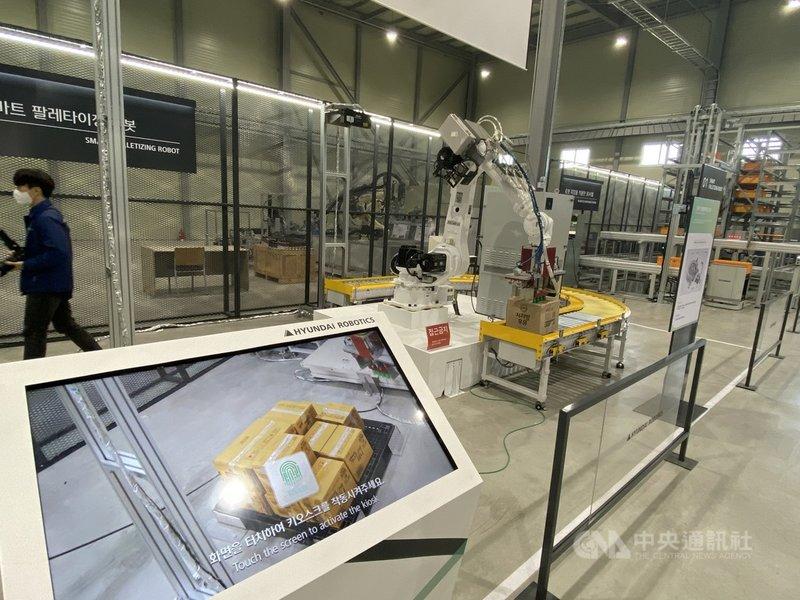 現代Robotics旗下位於韓國京畿道廣州市的機器人物流系統示範中心,展示符合倉儲業者需求的智慧機械,從運送到出廠,全程要求做到自行優化流程的真正智慧化。中央社記者廖禹揚京畿道攝 110年3月31日