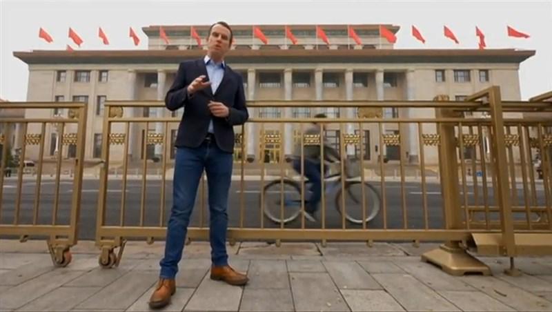 英國廣播公司新聞網表示,原駐中國記者沙磊(前)已調派台灣。(圖取自John Sudworth YouTube頻道網頁youtube.com)