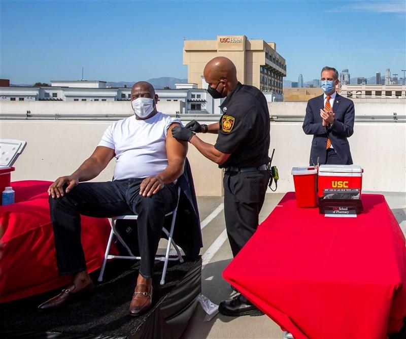 為了鼓勵市民施打疫苗,洛杉磯24日請來籃球界傳奇人物魔術強森(Magic Johnson)(左)帶頭打針,市長賈西迪(Eric Garcetti)在一旁鼓掌。(市長辦公室提供)中央社記者林宏翰洛杉磯傳真 110年3月31日