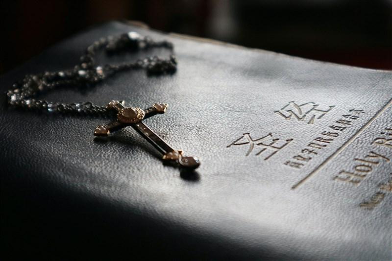除了新疆「再教育營」,美媒報導,中國境內還存在著專門關押基督教、天主教徒,卻鮮為人知的「教育轉換基地」。(示意圖/圖取自Unsplash圖庫)