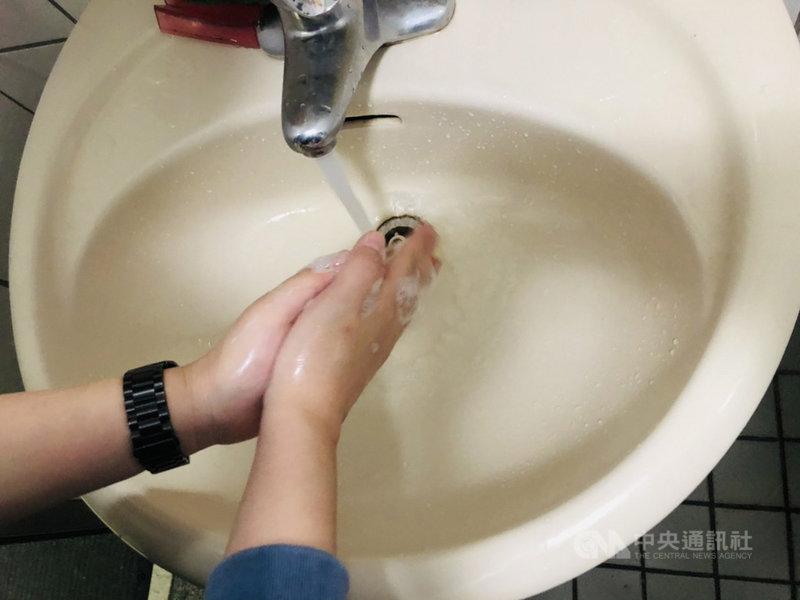 台灣自來水公司1日指出,因應緊急抗旱事宜,新竹市茄苳一號橋進行減壓閥增設工程,將從7日8時起停水23 個小時,請用戶提早儲水備用。中央社記者郭宣彣攝 110年4月1日
