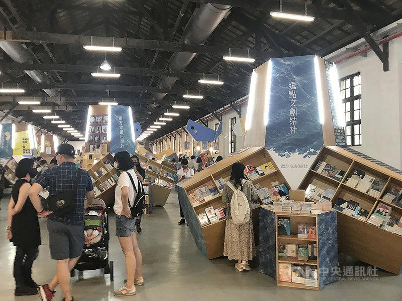由逾40家出版社、28個NGO組織及台灣獨立書店文化協會合力推出的「2021讀字公民書展」1日起在台北松山文創園區登場,現場攤位、書櫃皆以「消波塊」意象呈現,令到訪民眾會心一笑。中央社記者邱祖胤攝 110年4月1日
