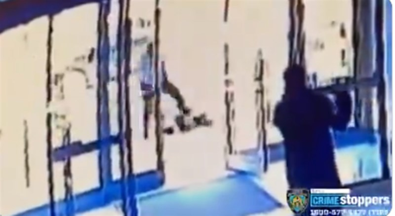 美國警方上傳於網路的監視器畫面顯示,男子走向被害人狠踹腹部又把她打倒在地,接著又猛踢頭好幾次才離開案發現場。(圖取自twitter.com/NYPDnews)