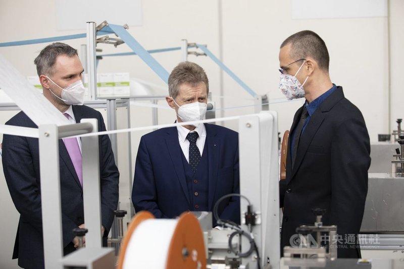 捷克參議院議長維特齊(中)與布拉格市長賀瑞普(左)3月30日參觀台灣捐贈的口罩生產線。(捷克參議院提供)中央社記者林育立柏林傳真 110年4月1日