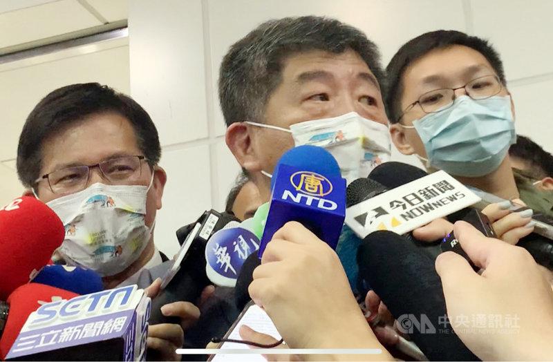 台灣、帛琉旅遊泡泡首發團將在1日下午起航,旅客稍早已陸續進行分批逐團核酸(PCR)檢測。衛福部長陳時中(中)與交通部長林佳龍(左)也到現場關心採檢情形,並說明防疫準備。中央社記者郭宣彣攝  110年4月1日