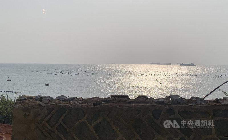 海巡署與馬祖海巡隊聯合大型巡防艦及特勤人員,擴大掃蕩越界中國漁船、抽砂船等,讓馬祖禁限制水域周邊抽砂船大幅減少。中央社記者邱筠攝  110年4月1日