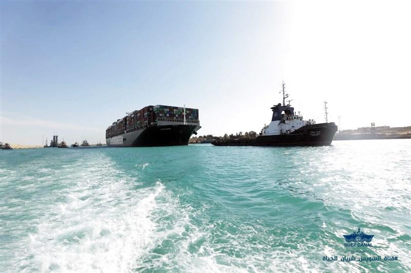 蘇伊士運河管理局的律師表示,巨型貨輪長賜輪3月卡住運河一事,船東已提出新的賠償方案,以解決與運河當局間糾紛。圖為長賜輪脫困時的畫面。(圖取自facebook.com/SuezCanalAuthorityEG)
