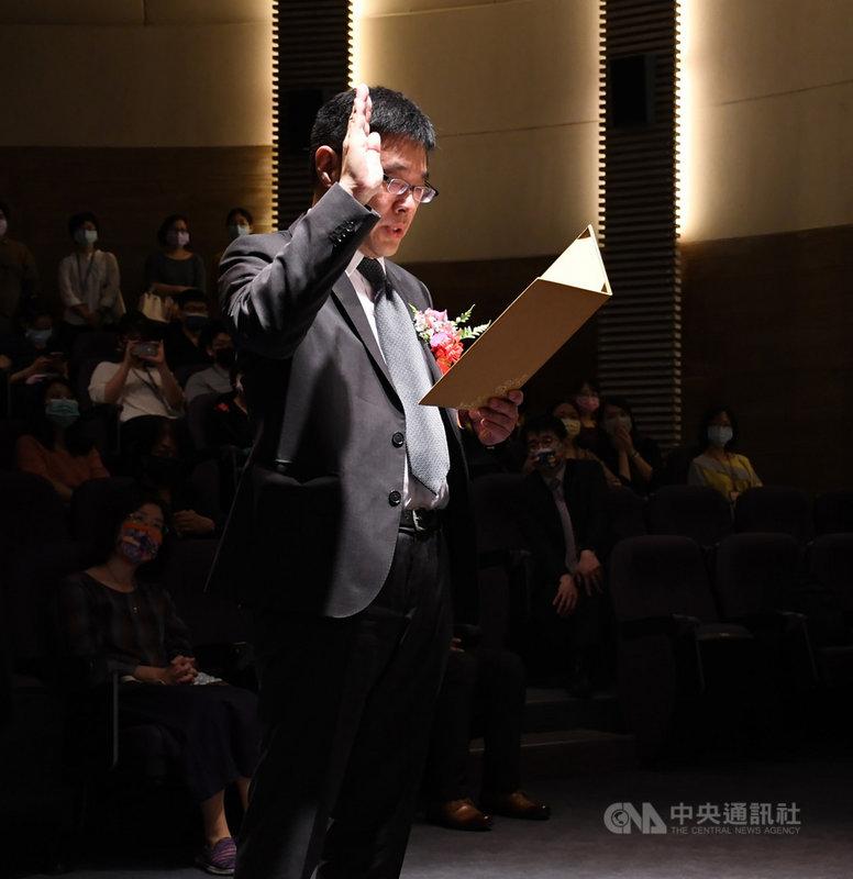 文化部借調中央研究院台灣史研究所副研究員兼副所長張隆志,接任國立台灣歷史博物館館長,1日正式宣誓就職。(台灣歷史博物館提供)中央社記者張榮祥台南傳真 110年4月1日