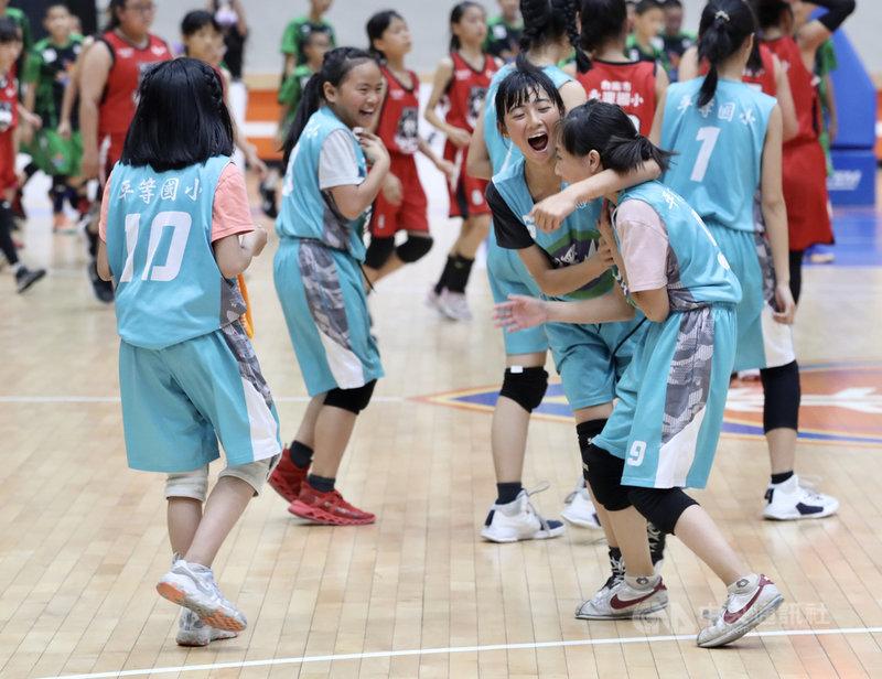 台中市和平區環山部落的平等國小女籃隊1日在全國國小籃球錦標賽決賽中險勝,奪得六年級女生乙組冠軍,球員開心擁抱。中央社記者張皓安攝 110年4月1日