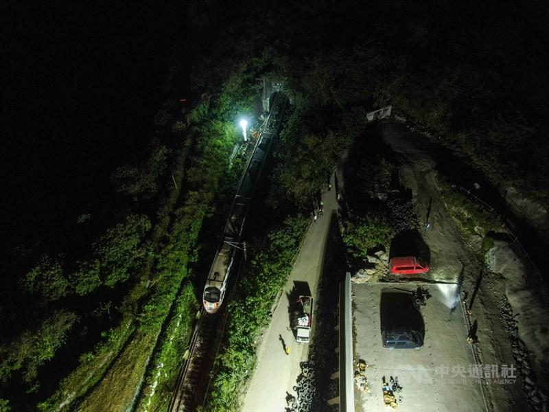 台鐵408次太魯閣號2日在花蓮大清水隧道出軌釀50死慘劇,為40年來最嚴重台鐵事故;晚間搜救已暫告一段落,後續將進行事故原因調查蒐證及軌道搶通工程等。圖為深夜事故現場仍有人員持續相關作業。中央社記者吳家昇攝 110年4月2日