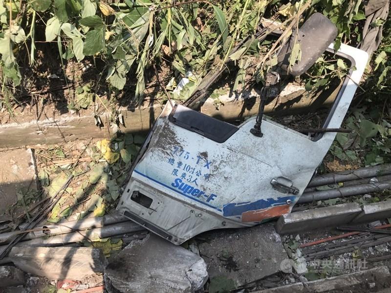 台鐵408次太魯閣號2日上午發生出軌意外,初步研判是廠商的工程車沒有停好,導致滑落撞到太魯閣號。圖為工程車整片車門掉落事故現場。中央社記者張祈攝 110年4月2日