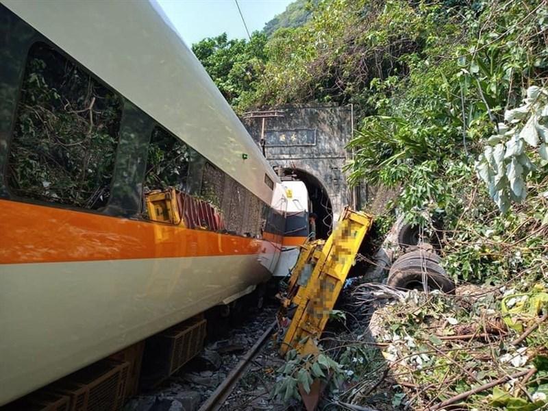台鐵408次太魯閣號2日發生出軌意外,初步研判是廠商的工程車沒有停好,導致滑落撞到太魯閣號。(民眾提供)中央社記者盧太城台東傳真 110年4月2日