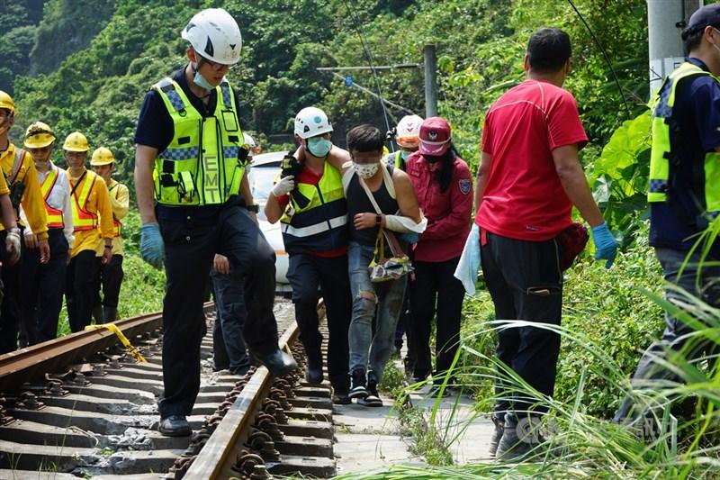 台鐵太魯閣號408車次(樹林往台東)2日上午在花蓮縣大清水隧道發生出軌事故,造成車廂脫節變形,多人受困。消防人員協助傷者脫困,送醫救治。中央社記者張祈攝 110年4月2日